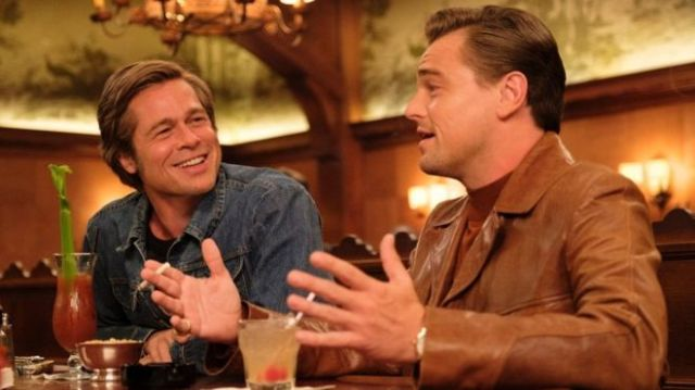 _107064917_once-upon-a-time-in-hollywood-2019-002-leonardo-dicaprio-brad-pitt-laughing-talking-in-bar
